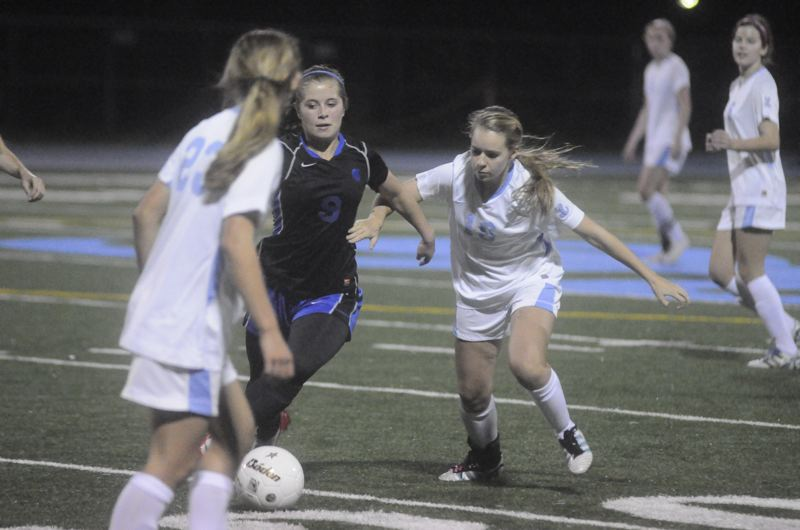 by: MATTHEW SHERMAN - Lakeridge's Krissy Craig looks to make a steal during the Pacers' opening round victory over Hillsboro on Saturday. Lakeridge beat Hillsboro 1-0 and then topped Westview by the same score to advance to the state quarterfinals.