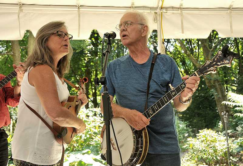 Anna Berry and Freeman Harris of the Tabor Tones perform for the crowd.
