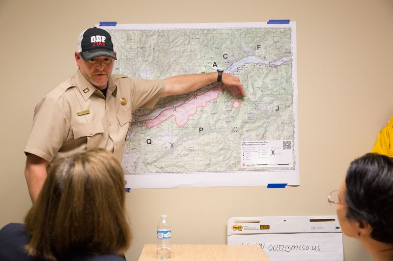COURTESY PHOTO - Gov. Kate Brown and Commissioner Lori Stegmann are briefed on fire conditions in a handout photo.
